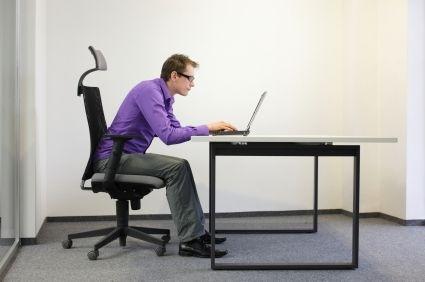Posições que afetam a coluna, sentar por longos períodos do dia sem pausas